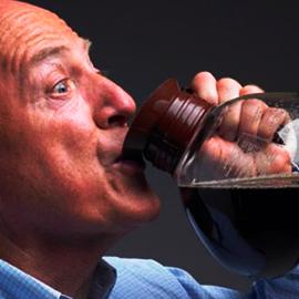 Homem idoso bebendo jarra de café redonda